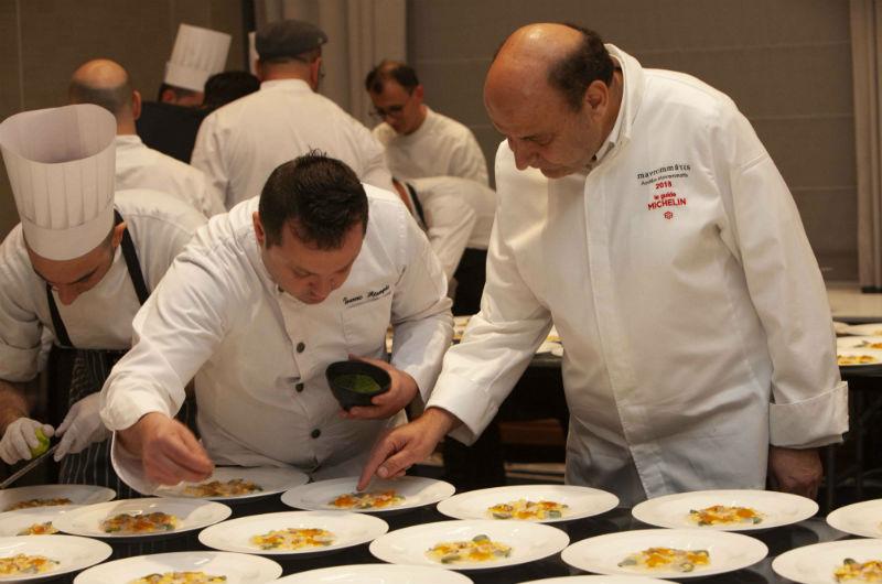 Στα backstage της κουζίνας ο βραβευμένος με αστέρι Michelin Ανδρέας Μαυρομμάτης επέβλεψε κάθε λεπτομέρεια στο στήσιμο των πιάτων