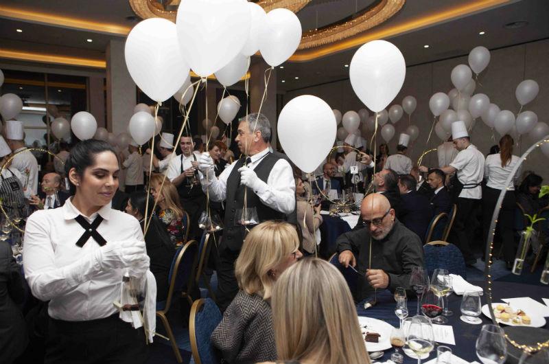 Με εκατοντάδες ιπτάμενα μπαλόνια στο χέρι έκαναν τον γύρο του θριάμβου οι ήρωες της βραδιάς, η ομάδα του Makedonia Palace, προσφέροντας σοκολατένιες αποχαιρετιστήριες εκπλήξεις στους καλεσμένους.
