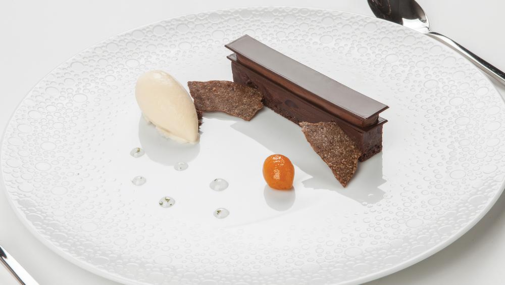 Τολμηρός συνδυασμός σοκολάτας με ελιά και βασιλικό στο επιδόρπιο.