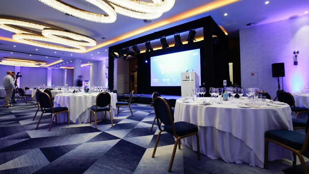 Τα τραπέζια για την φετινή απονομή στρώθηκαν σε συνθήκες απόλυτης ασφάλειας στο λαμπερό ballroom του «Makedonia Palace».