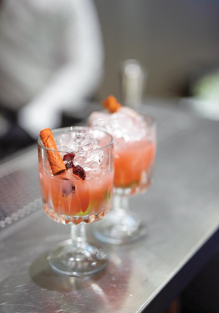 Welcome cocktails με τη σφραγίδα του premium Άδολο Ούζο Πλωμαρίου.