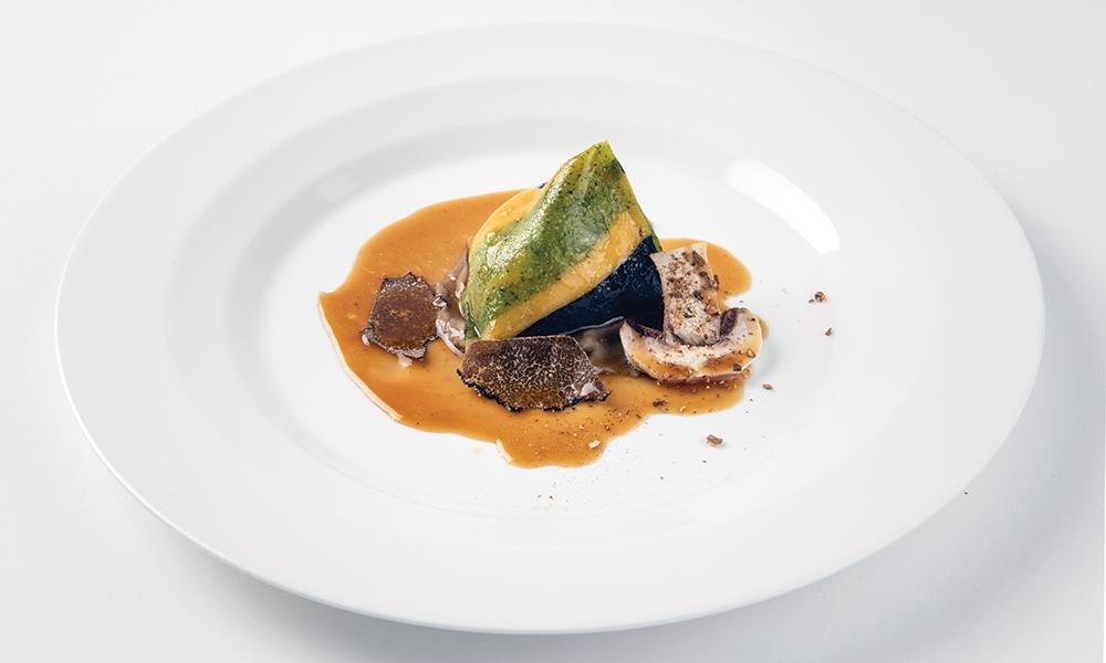 Εντυπωσιακό τρίχρωμο ραβιόλι γεμιστό με μανούρι και μελάτο κρόκο αβγού, χέρι-γάντι με μανιτάρια πορτσίνι και τρούφα από τα Γρεβενά.