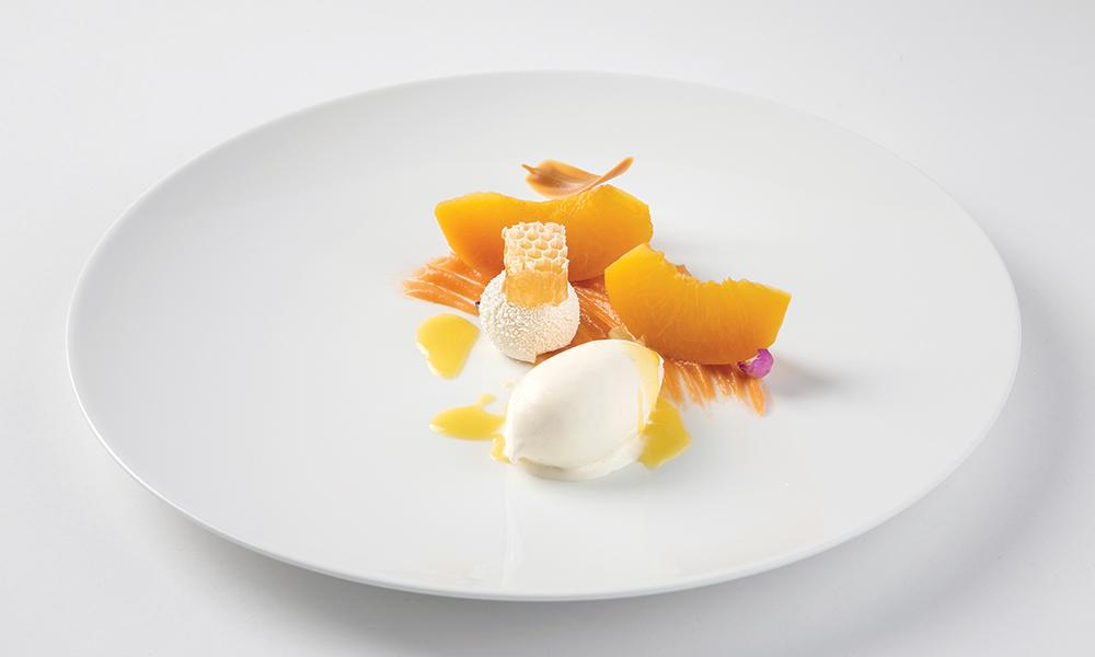 Ροδάκινο ποσαρισμένο σε σιρόπι δυόσμου, παγωτό ελαιόλαδο μαζί με μέλι, θυμάρι, κηρήθρα.