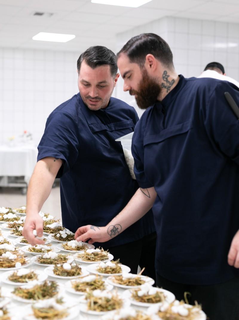 Οι ταλαντούχοι σεφ Θάνος Φέσκος και Γιώργος Παπαζαχαρίας επέβλεψαν κάθε λεπτομέρεια της ετοιμασίας του ευρηματικού μενού.