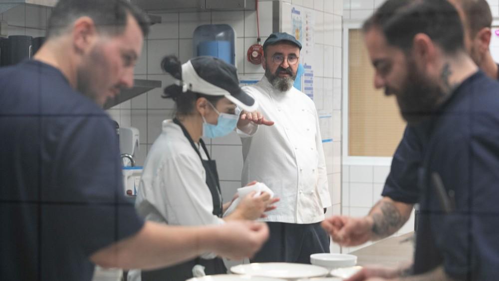 Οι guest chefs Θάνος Φέσκος και Γιώργος Παπαζαχαρίας ετοίμασαν το εξαιρετικό μενού σε συνεργασία με τον βραβευμένο executive chef του Makedonia Palace Σωτήρη Ευαγγέλου.
