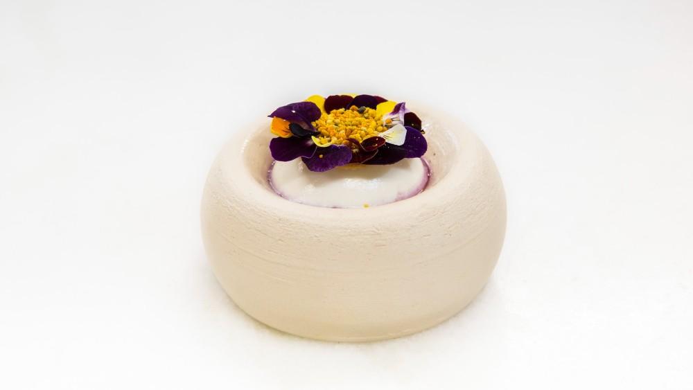 Η κρέμα γιαουρτιού, με μύρτιλα σε ζύμωση, γύρη και πανσέδες ήταν ακόμα μία έκφραση φινετσάτης λουλουδιαστής φυσιολατρίας