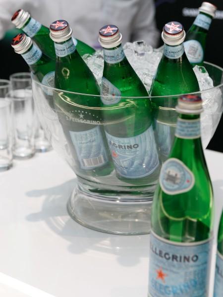 Τα πιάτα του δείπνου συνόδευσαν τα premium ιταλικά νερά S. Pellegrino light sparkling Φυσικό Μεταλικό Νερό από το Μπέργκαμο της Ιταλίας και Acqua Panna Φυσικό Μεταλικό νερό από την Τοσκάνη.