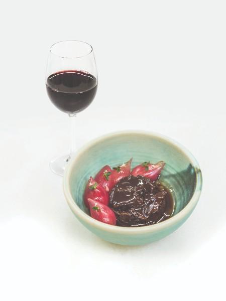 Τα ιδιαίτερα αρώματα των χοιρινών μάγουλων με πέρλες κρεμμυδιού, φύκια τρούφας, λουλούδια ρίγανης ανέδειξε το Evangelo 2019 Γεροβασιλείου, οινοποιημένο ακολουθώντας την κλασική συνταγή της κοιλάδας του Ροδανού με Syrah και Viognier.