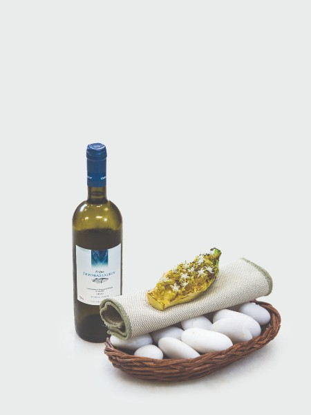 Το baby μαρούλι με λάδι πεύκου, κρέμα κρόκου και λουλούδια άγριου σκόρδου σερβιρίστηκε πάνω σε βότσαλα και απογειώθηκε με τη συνοδεία του Sauvignon Blanc 2019, Π.Γ.Ε. Επανομή, του Κτήματος Γεροβασιλείου.