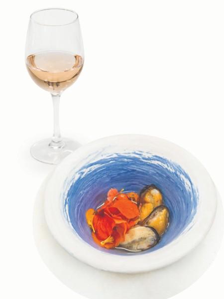 Τα αισθησιακά μύδια γεμιστά με λαρδί, με νερό ντομάτας, πέταλα καπουτσίνου του Ολύμπου και λάδι κουφοξυλιάς σε ιδανική αρμονία με τη σομόν γοητεία του Ξινόμαυρου ροζέ 2020 Γεροβασιλείου.